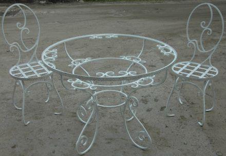 Белые кованые стулья и столы
