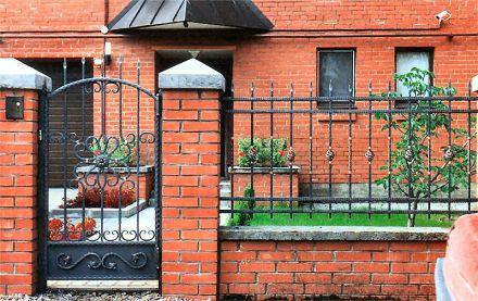 Кованая калитка с забором
