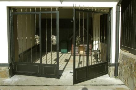 кованые ворота в вольер