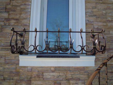 Кованые цветочницы на окна