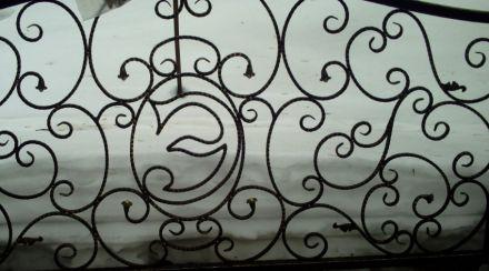 Кованые элементы в заборе