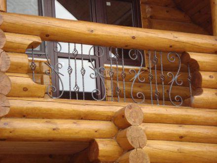 Кованый балкон в деревянном доме