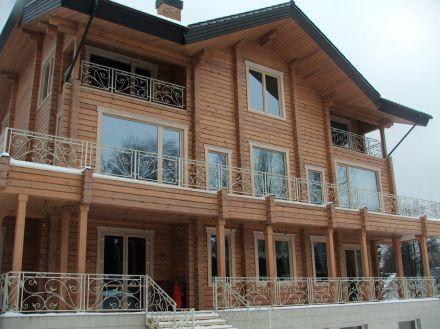 кованые балконные ограждения в белом цвете