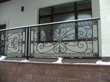 кованые балконные ограждения с рисунком меандр