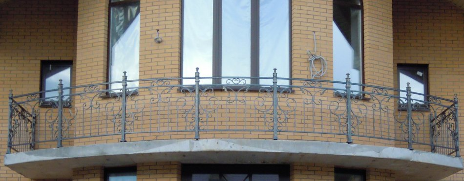 Кованые перила балконов