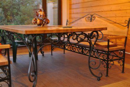 Кованый стол с кованой лавочкой