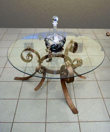 Стеклянные столы кованые