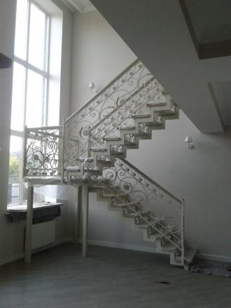 металлическая лестница с деревянными ступенями и ковкой