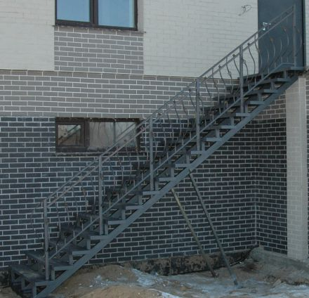 Лестница на металлокаркасе на улице
