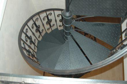 металлические ступени на лестнице