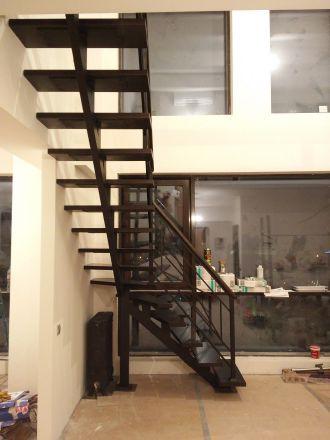 лестница на центральном косоуре с деревянными ступенями