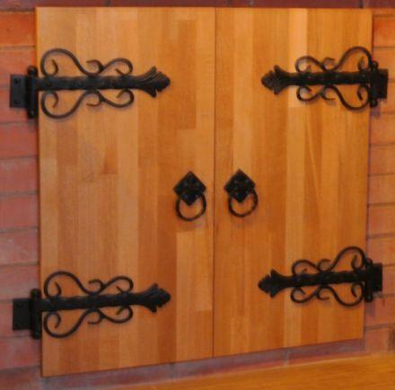 Кованые петли и ручки на деревянной двери