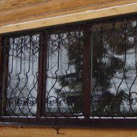 Кованые решетки на окна. Деревянный дом