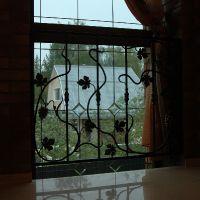 решетка на окно с лозой и поковками
