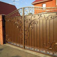 Кованые распашные ворота с калиткой