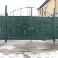 кованые ворота в зеленом цвете