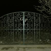 кованые ворота с инициалами