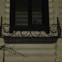 Цветочница из металла под окном