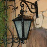 Кованый фонарь с держателем