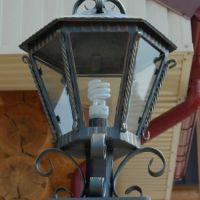 Кованый фонарь на заборе