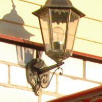 Кованый фонарь над козырьком