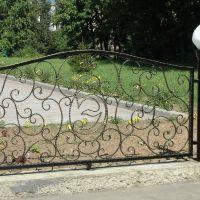 Кованые газонные ограждения с фонарями
