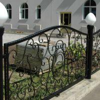 Кованые заборы с фонарями