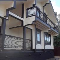 балконные ограждения с деревянным поручнем
