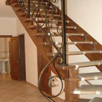 Кованые перила для деревянной лестницы