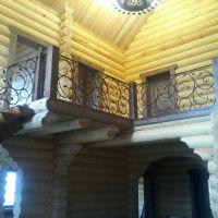 Кованые перила в деревянном доме