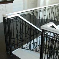 кованая лестница с белым деревянным поручнем