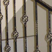 Кованые корзинки на перилах лестниц