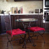 Кованые столы со стеклом и стульями