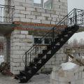 лестница из металла с коваными перилами